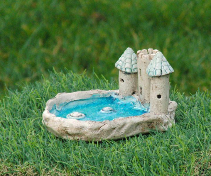 Seifenschale in Gestalt einer kleinen Burg an einem See. Der See ist aus blauem Glas gestaltet, das mitgebrannt wurde. Da sich das Glas schneller abkühlt als der Ton, hat sich ein wunderschönes...