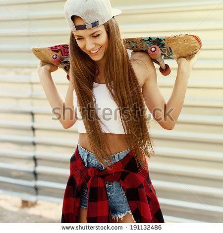 Мода красивая девушка с скейтборд в руки смеясь