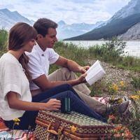 Una pareja lee la Biblia mientras comen al aire libre