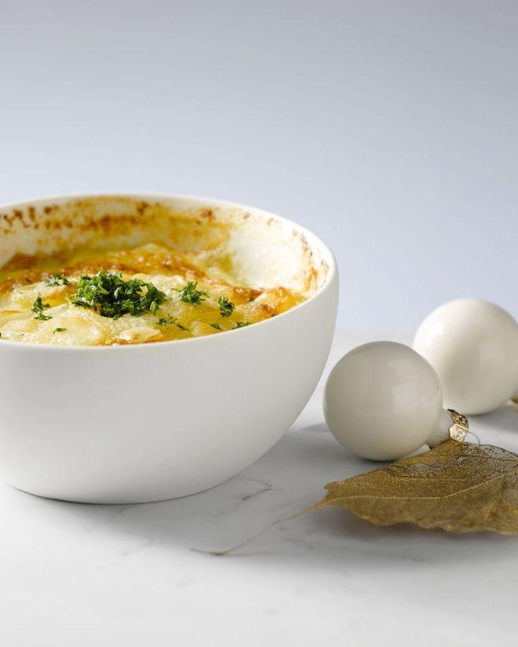 Een Franse klassieker bij uitstek, gratin dauphinois. Flinterdunne schijfjes aardappel met een zalig sausje met room en knoflook en een krokant kaaskorstje.