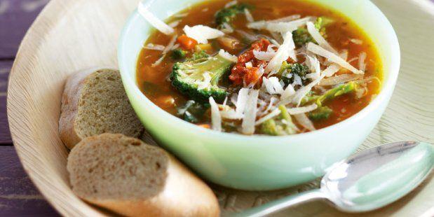 Zelfgemaakte soep met broccoli, soepgroenten, pesto rosso, aardappelen en kip. Geserveerd met Parmezaanse kaas.