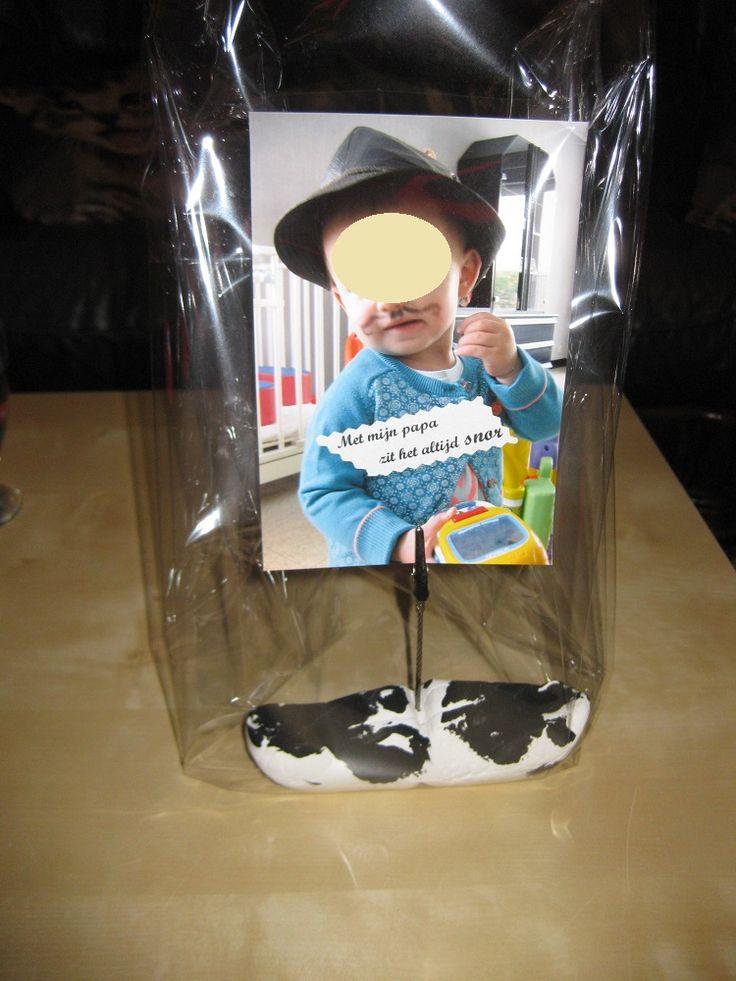 Een snor bestempelen en er een foto op plaatsen. Op de foto staat het kindje met een snor en een hoed