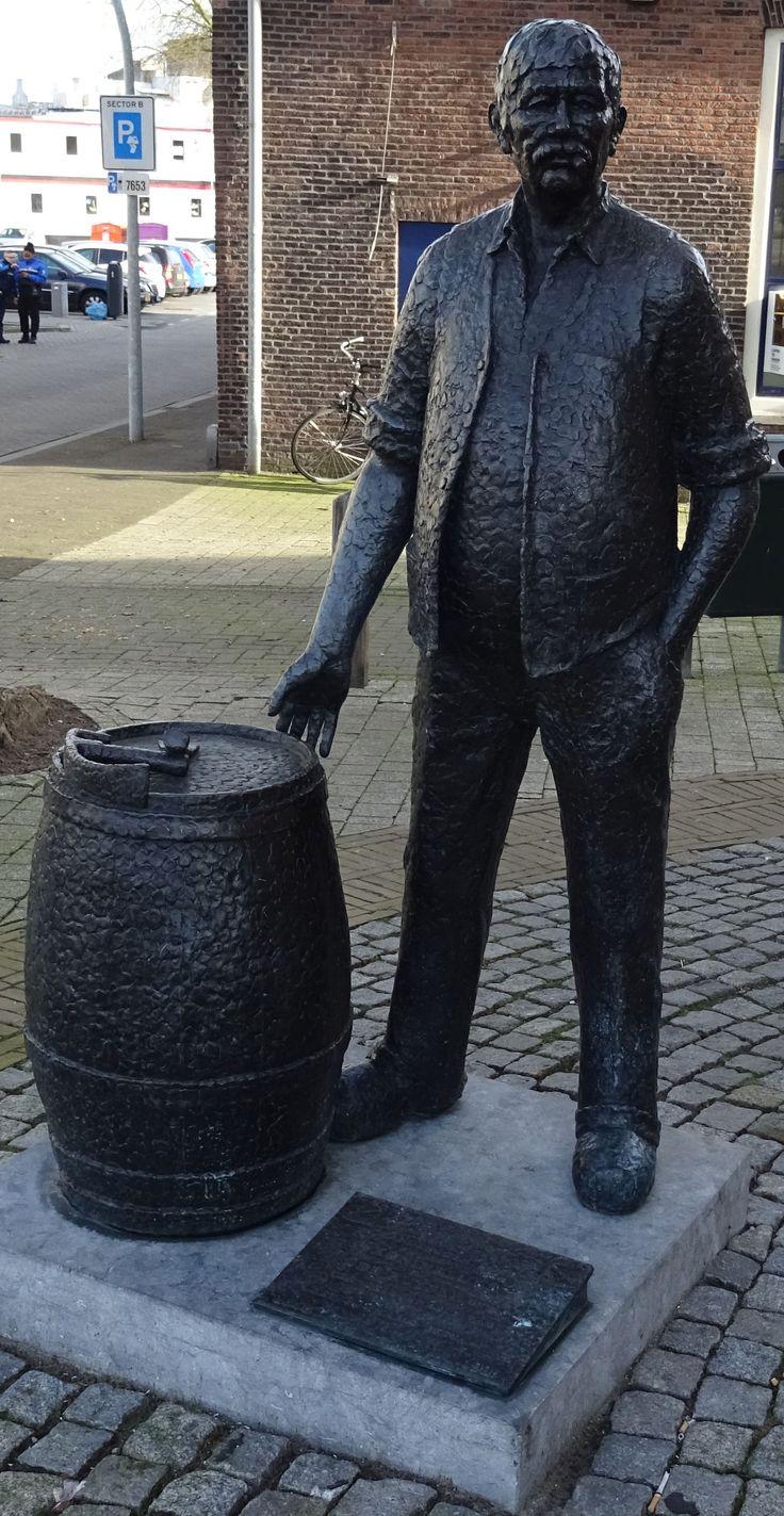 Schiedam - Koemarkt 1 - 1995 - Robbert Jan F. Donker - kuiper - brons -  aangeboden door Koninklijke de Kuyper bv - tgv 300 jarig bestaan 1695-1995