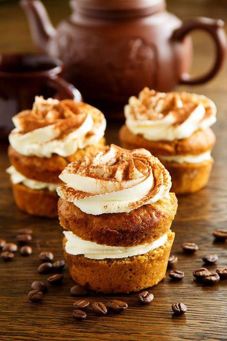 Очень вкусные, нежные, пропитанные ароматным кофейным сиропом кексы.