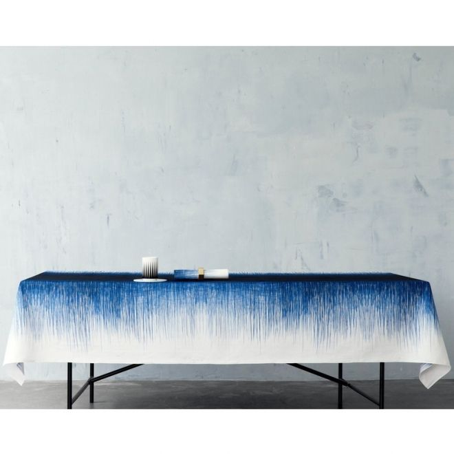 Pen table cloth fra Ferm Living - er lavet med et helt enkelt pennestreg frem og tilbage henover dugen og giver en midnatsblå midterflade og den fineste tynde streg ned langs dugens sider.