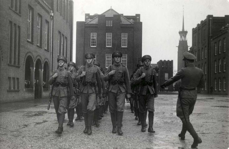 Nederlandse leger, koloniale troepen, KNIL/K.N.I.L.. Exercitie van gewapende militairen op het terrein van de kazerne van de Koloniale Reserve in Nijmegen. Nederland, 1939.