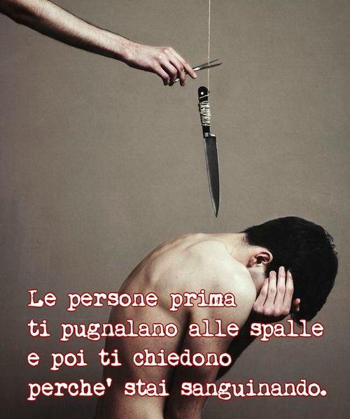 """""""Pugnalare alle spalle"""":modo figurato per dire """"colpire qualcuno a tradimento"""". Di solito ci pugnalano alle spalle proprio le persone di cui ci fidiamo di più."""