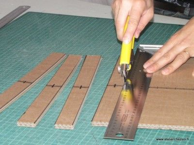 Lors de la réalisation de meubles en carton avec la méthode des traverses croisées, vous allez avoir besoin de découper un certain nombre de traverses. Les traverses sont importantes, car elles vont, grâce à des encoches, se croiser avec les profils intermédiaires, afin de réaliser la structure croisée de notre meuble en carton. Détaillons en images la découpe des traverses.