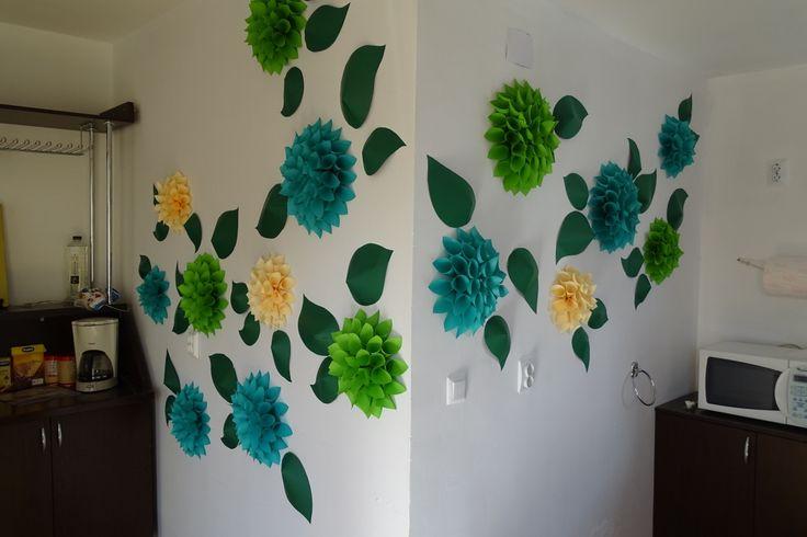 Un decor realizat din flori de hartie care poate inveselii orice perete. Detalii pe BricoHub.ro