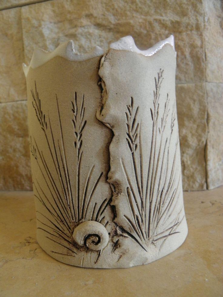 Obal na květiny, nebo tužkovník Obal na květiny, šířka 10 cm, výška 11 cm. režný, uvnitř glazovaný.