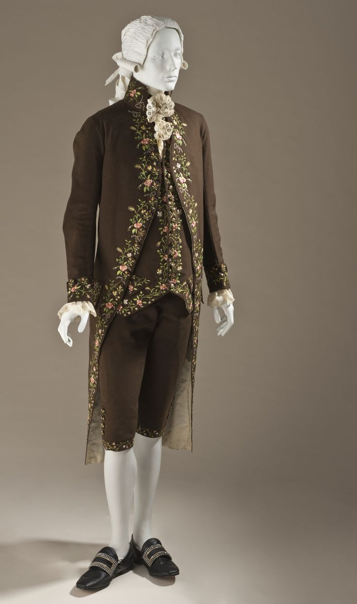 3-piece suit, probably England, 1780. Brown woll broadcloth plain weave, embroidered with naturalistic flowers in coloured silk.