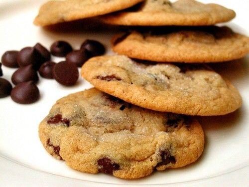 Cookies:     1 colher (chá) de essência de baunilha     1 colher (chá) de fermento em pó     1 xícara (chá) de margarina ou manteiga     2 e ½ xícara (chá) de farinha de trigo     3/4 xícaras (chá) de açúcar mascavo     3/4 xícaras (chá) de açúcar comum     200 gramas de chocolate meio amargo picado ou gotas de chocolate     200 gramas de amêndoas ou nozes trituradas     2 ovos