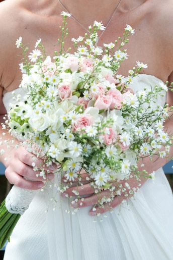 For an English country garden look, why not carry a bouquet containing roses and daisies? Bouquet with pink and white spray roses, daisies and gypsophillia by Anne Fournier.
