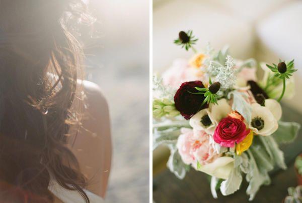 Blumen: weiße Anemonen und tiefrote Ranunkeln