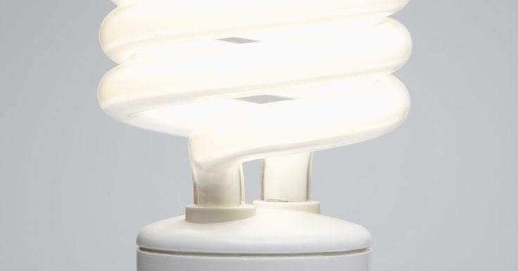 Como limpar o pó de uma lâmpada fluorescente quebrada. Apesar das lâmpadas fluorescentes serem mais eficientes no uso da energia do que as incandescentes, elas contêm mercúrio e outras substâncias que são perigosas para a saúde humana e animal. Por esta razão, um procedimento de limpeza específico é necessário, se você quebrar uma lâmpada fluorescente comum ou uma compacta. Não seguir o procedimento ...