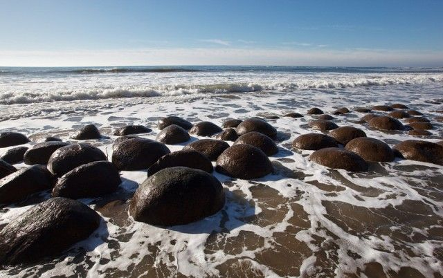 Αν σας αρέσει το μπόουλινγκ, αλλά και οι βουτιές στη θάλασσα… τότε ο ιδανικός συνδυασμός για εσάς βρίσκεται στη μακρινή Καλιφόρνια των ΗΠΑ. Η παραλία Bowling Ball Beach -όπως αποκαλύπτει το όνομά της- είναι γεμάτη, όχι με μπάλες του μπόουλινγκ, αλλά με τεράστιους ογκόλιθους που θυμίζουν γιγαντιαίες μπάλες του μπόουλινγκ.