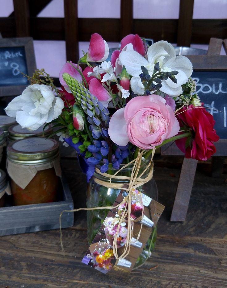 Mason Jar Posy created with Alchemy Farm flowers. #masonjarposy #masonjarposies #flowerfarmer #farmstand