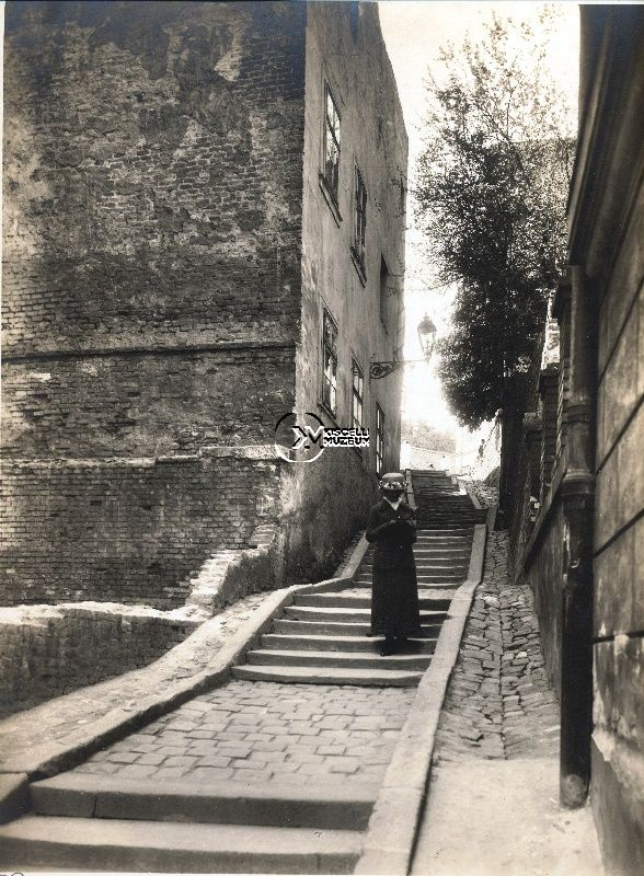 A Ponty utca felső része, 1910-es évek  (Erdélyi Mór felvétele, BTM Kiscelli Múzeum Fényképgyűjtemény)