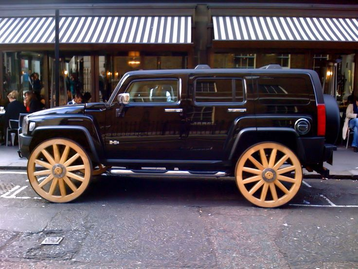 Little Hummer on the prarie. Customising sometimes gives birth to strange creations. Take a Hummer H3, endow it with wooden wagon wheels and get this curious mix!