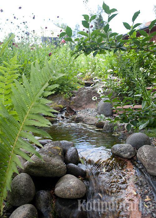 Luonnonomainen lampi ja pieni vesiputous. www.kotipuutarha.fi