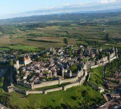 Carcassonne -  Suas origens remotas vêm dos tempos dos Celtas, Galo-romanos e Visigodos. Na Idade Média foi construído o imponente conjunto de fortificações, com dupla linha de muralhas, que representa o ápice da engenharia militar do século XIII. O traçado irregular das ruas estreitas contrasta com a magnificência das muralhas.  O atual castelo foi construído por ordem de São Luís IX e é guarnecido por 59 torres e barbacãs, poternas e portas.  Foi restaurado no século XIX por…