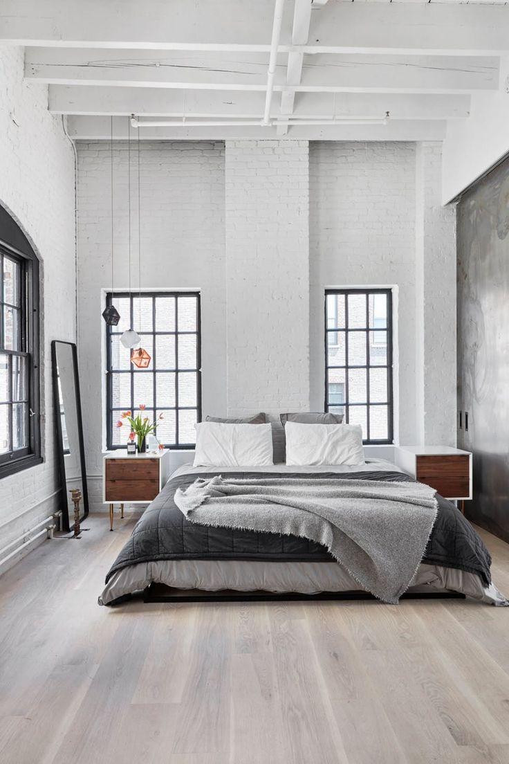 Grått og hvitt soverom med store vinduer