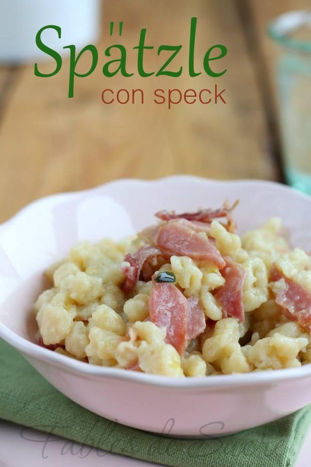 Spatzle con speck, burro e erba cipollina. Gnocchetti piccoli e versatili con ogni tipo di condimento, soprattutto buoni e velocissimi da preparare.