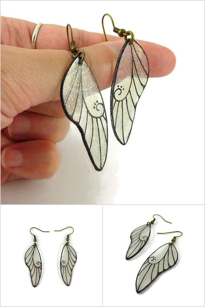 Boucles d'oreille ailes de fées transparentes et noires finement pailletées - Bijoux fantaisie réalisés sur commande par @savousepate à partir de plastique recyclé (CD) - Idée cadeau femme