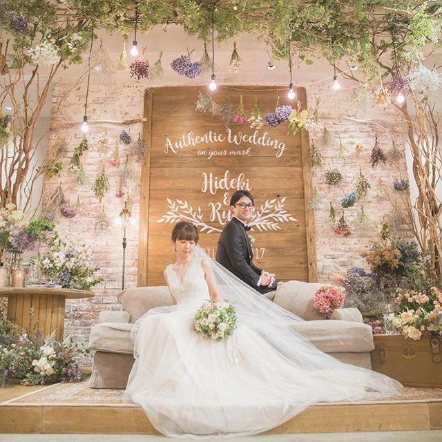 """*AUTHENTIC on your mark* メインテーブルは高砂ソファ。 authentic(本物)にこだわった背面は 本物のウッドの壁を立ち上げ ステンシルで華やかなデザインをいれ、 props designer @shinotsuka.tsg 生花やドライフラワーを駆使して お好みの色合いに近づけました^ ^ decoration designer @harada.tsg もうひとつのこだわりは ソファの後ろにゲストが回りこめること。 フォトスポットとしてメインテーブルも たくさん写真に収めていただきました^ ^ . TRUNK BY SHOTO GALLERYオフィシャル 恒例の""""TRUNK FES""""アカウント新たに開設! 今後はこちらに詳細が告知されます feel free to follow @trunkfes :) . #TRUNKBYSHOTOGALLERY #結婚式 #結婚式diy #結婚式準備 #メインテーブル #高砂 #高砂ソファ #ゲストテーブル #オリジナルウェディング #ウェルカムボード #ステンシル #男前diy #ドライフラワー #スワ..."""