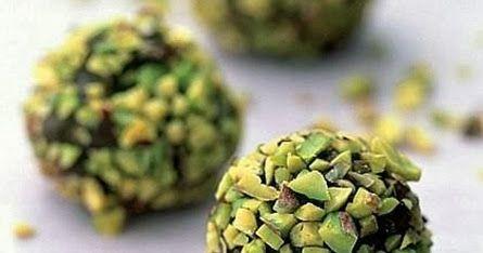 Ingredienti:  per 8 persone   120 g di cioccolato fondente extra   100 g di panna    80 g di cioccolato  al latte    40 g di pistacchi  sgus...