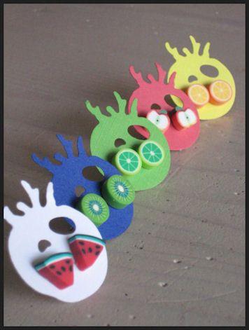 Fimo klei oorstekertjes van 1 cm doorsnede: kiwi, meloen, sinaasapple, limoen en appel. € 1,50 per paar, 5 halen 4 betalen. Kijk op www.kaatjetomaatje.com voor de actuele voorraad!