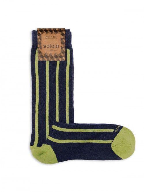 Calcetín azul marino de algodón, con un diseño de rayas en color verde. Cuentan con refuerzo en talón y punta, por lo que permanecerán como nuevos tras el uso y los lavados. www.soloio.com #socks#mensocks#calcetines#calcetinesparahombre#menstyle#menshoes#manoutfit#outfitdetails#shoponline#sockstyle#mentrends