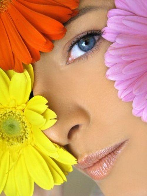Diese Merkmale zeichnen eine gute Augencreme aus: Sie besteht aus hochwirksamen Inhaltsstoffen, wie Arganöl, Aloe Vera, Hyaluronsäure ...
