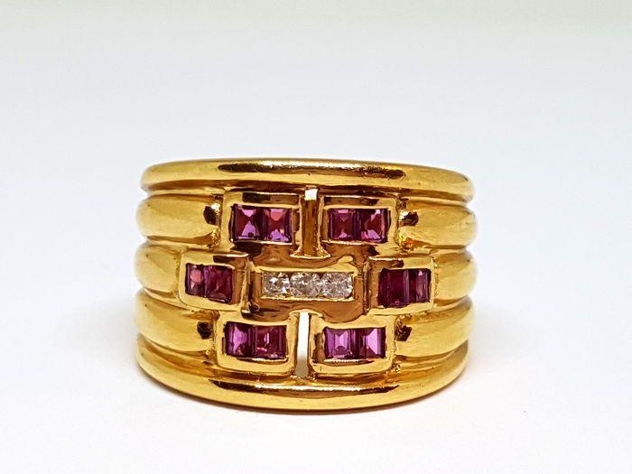 Breed 18 kt gouden ring met kwarts en diamanten van 022 ct in totaal  Brede ring in 18 kt goud met kwarts en diamantenTweedehands stuk van juwelen.Conditie: Goede staat.Benaderende afmetingen:Gewicht: 12.10 gBinnendiameter: 19 mmPlanetaire Stone: Brilliant cut diamond van 022 ct.12 paarse kwartsEdelstenen zijn vaak behandeld om hun kleur of helderheid te verbeteren.Wij hebben niet beoordeeld of dit bijzondere object een dergelijke behandeling heeft ondergaan.Zie de foto's voor een betere…