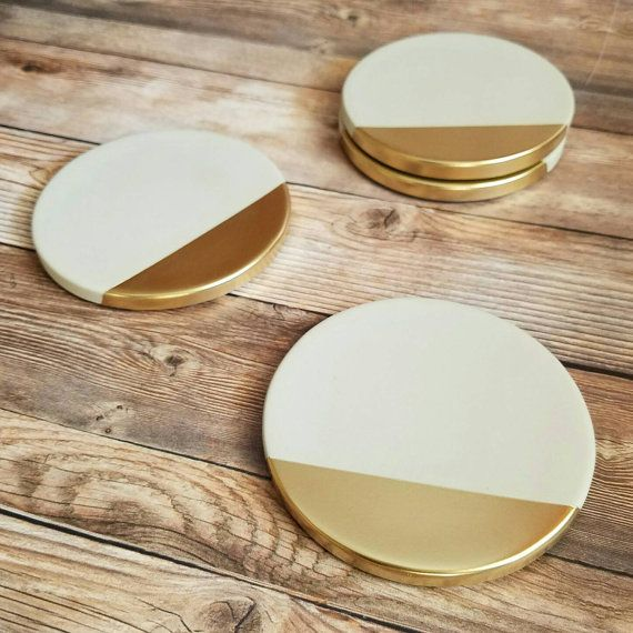 Ein Satz von glatten, hochwertigen Zement Untersetzer mit metallischen Goldrand. Industrielle Beton mit einem sauber lackierten metallischen Akzent macht eine elegante und markante Ergänzung für jedes Heim, sowie ein großes Geschenk. Jede Bahn ist sorgfältig gegossen, lackiert und fertig mit der hand um Produkte von höchster Qualität zu gewährleisten.   * Jeder misst etwa 4,25 Zoll (10,8 cm) im Durchmesser.  * Vier Kork-Tasten sind fest am unteren Rand jeder Achterbahn Möbeloberflächen…