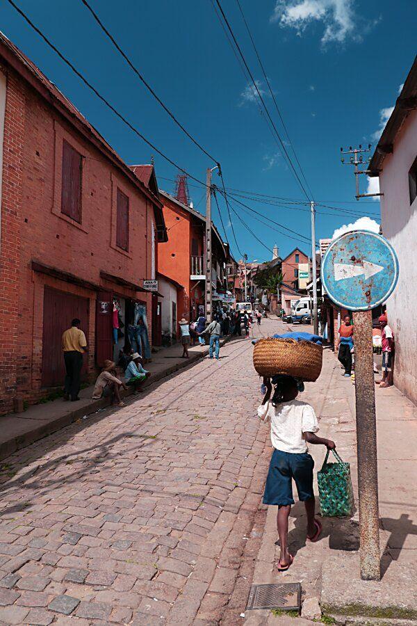 Fianarantsoa, ville haute//Fianarantsoa est une ville des hautes terres de Madagascar, capitale de la Province de Fianarantsoa et chef-lieu de la région Haute Matsiatra. Son aire urbaine est estimée à 200 482 habitants en 2014. Wikipédia
