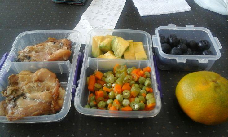 Son dos perniles de pollo asados. Verduras calientes . Aguacate. Uvas isabelinas. Una mandarina.