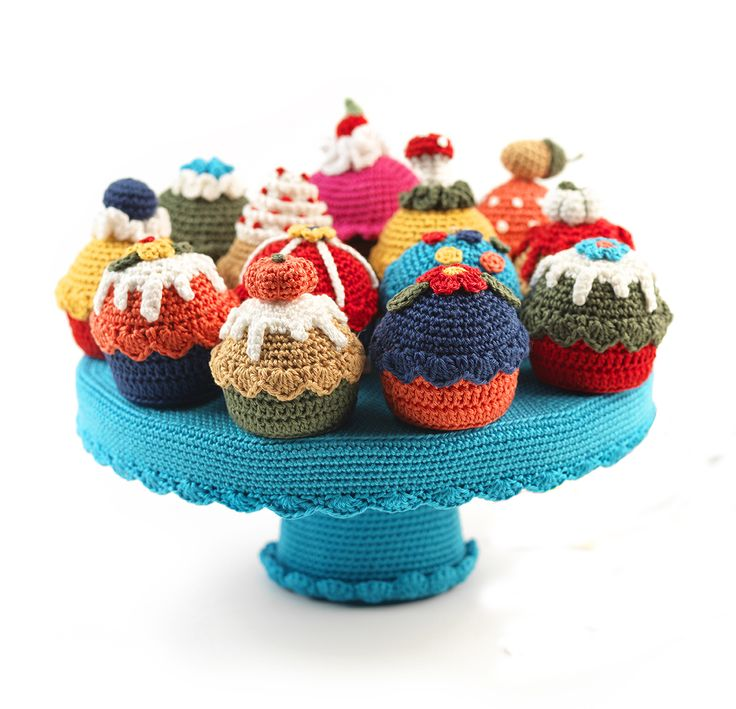 Crocheted cakes & stand | Tutorial in Dutch | Source: Veritas, Holland | #crochet