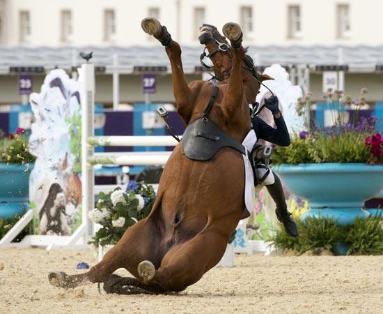 Durante la gara di Pentathlon moderno, la sud Coreana Hwang Woojin ha perso il controllo del suo cavallo. L'animale è caduto di schiena schiacciando l'atleta a terra. Ecco la foto sequenza