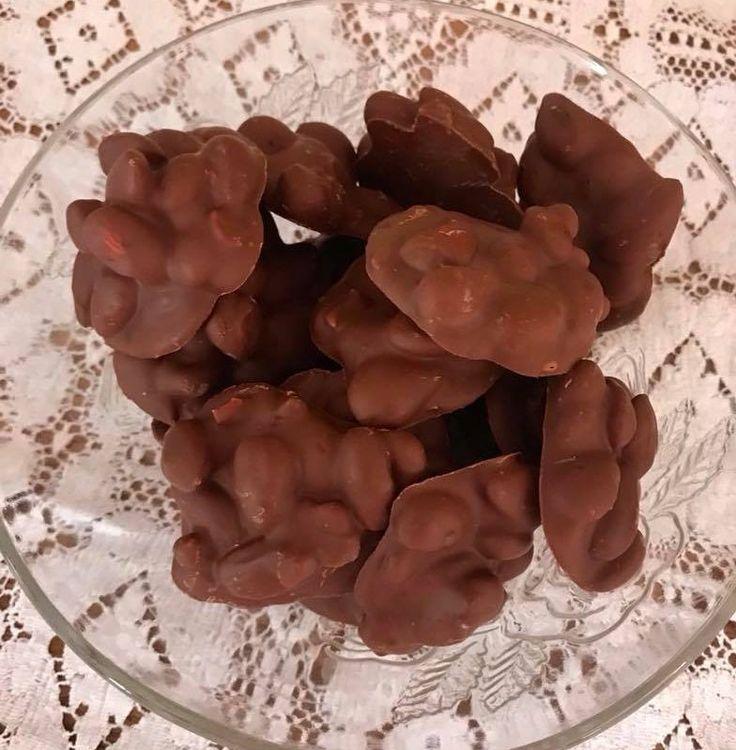 Υλικά  ·400 γρ. σοκολάτα κουβερτούρα ή αν θέλετε κουβερτ.γάλακτος  ·300 γρ. αμύγδαλα ανάλατα  ·1 κουτ.σούπας λάδι  Εκτέλεση  Στο αντικολλητικό τηγάνι χωρίς να προσθέσω λάδι ή βούτυρο,περνάω δυο - τρεις βόλτες τα αμύγδαλα να καβουρντιστούν.Δεν τα αποφλοιώνω.Στη συνέχεια λιώνω σε μπεν