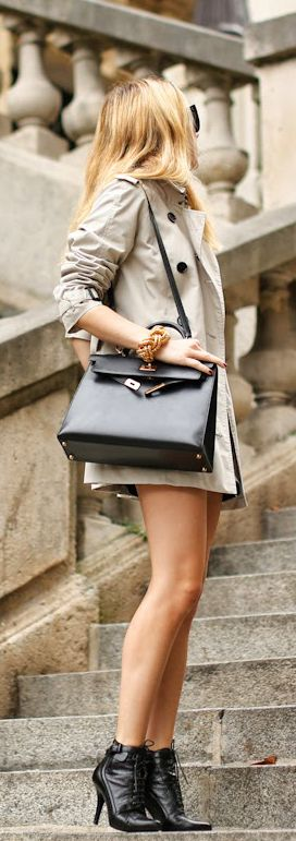 Caroline Louis is wearing the Marystow trench coat from Burberry, ankle boots from Givenchy and a Kelly bag from Hermès