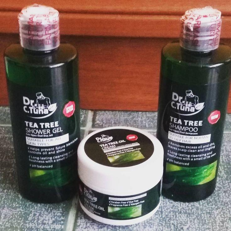 FarmasiÇay Ağacı Şampuanısaçta ki fazla yağın azaltılması için kullanılabilir. Sert kimyasallar içeren şampuan ile yıkanan saçların zamanla gözenekleri tıkanır. Saçlar beslenemez zamanla zayıflar. Kırılır cansızlaşır. Çay ağacı yağı bu sorunları ortadan kaldırır.  Saç büyümesinde teşvik:Çay ağacı yağı doğaldır.Bu yağ saç köklerinin tıkanıklıkları açar ve besler. Bu sayede saçlar büyür ve güçlü olmaları için iyi bir ortam sağlar.  Kuru Saç Derisi:Çay ağacı yağı saç ve saç derisindeki…