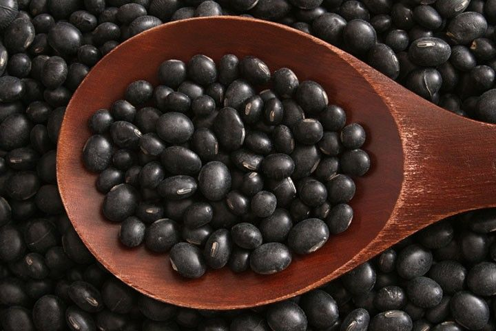 Black Soybean/ Черная соя Мало того, что черные соевые бобы содержат больше белков и антиоксидантов, чем другие варианты - они также помогут вам похудеть! Черные бобы содержат очень мало углеводов и дольше перевариваются, который держит свой полнее желудок дольше. Как их использовать: Только 1/2 чашка черного сои за полчаса до еды может помочь вам обуздать аппетит. Найти их в консервов разделе вашем местном магазине по продаже диетических продуктов.