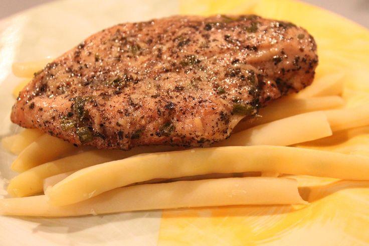 KURCZAK NIE-FAST FOODOWY czyli pierś z kurczaka w rozmarynie i czosnku: 150 g piersi kurczaka, 1 łyżka rozmarynku, 2 ząbki czosnku, łyżeczka bazylii, szczypta soli i pieprzu, pół woreczka ryżu brązowego, olej rzepakowy, fasolka szparagowa.