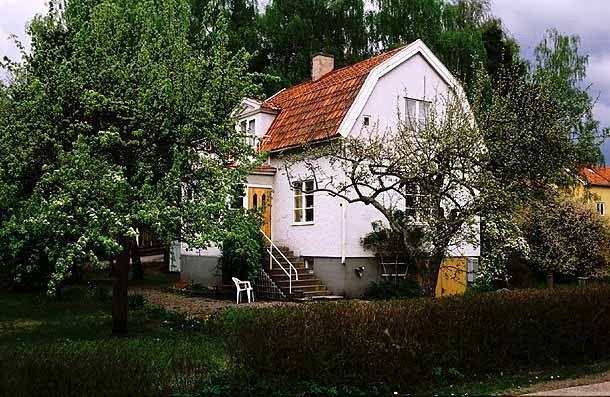 Det brutna taket och de sexdelade fönstren är karaktäristiskt för 1920-talets egnahem.