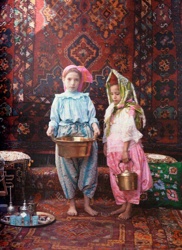 """Сегодня у нас очередная серия в проекте """"20 век в цвете"""" , 1928 год, последний год процветания перед началом величайшего экономического кризиса в новейшей истории. Для СССР это был последний год НЭПа, в 1929-м начнётся """"Великий перелом"""", но цветных фотографий страны того периода…"""