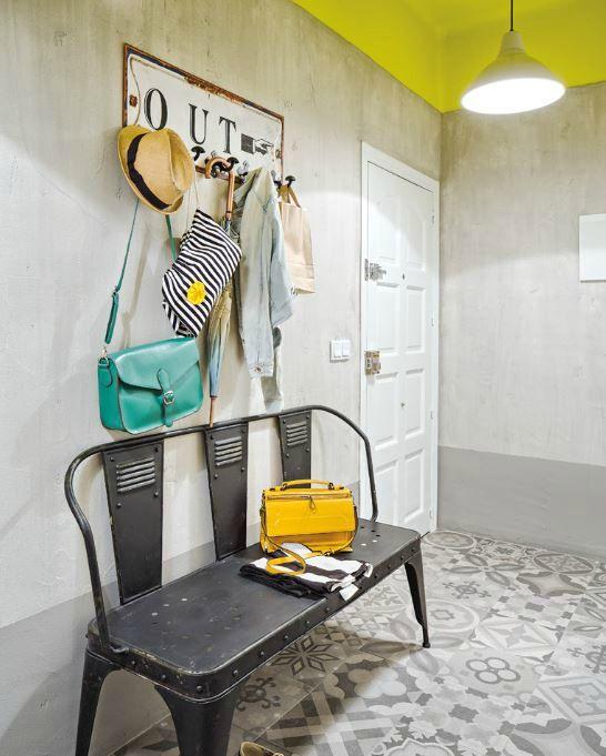 Plafond jaune et carreaux de ciment gris