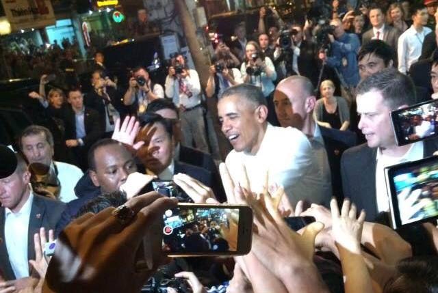 Tổng thống Obama trong 'vòng vây' của người dân Việt Nam - http://www.daikynguyenvn.com/viet-nam/tong-thong-obama-trong-vong-vay-cua-nguoi-dan-viet-nam.html