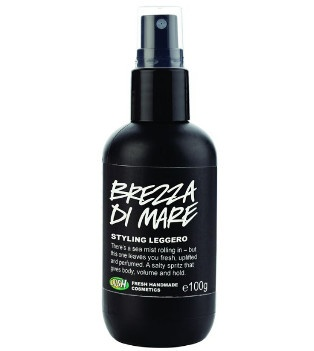 Brezza di Mare - LUSH  Lo spray styling con il 70% di acqua di mare e glicerina vegetale per dare volume e forma ai capelli con un look molto vacanziero.