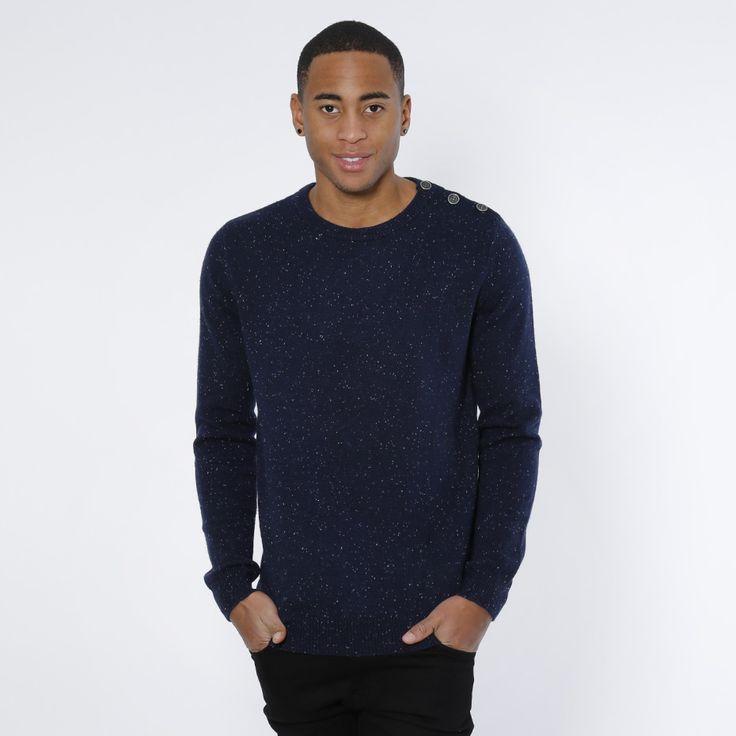 Strikket genser fra Humör med knapper på skuldrene. Materiale: 60% Bomull, 40% Nylon. Modellen er 182 cm og avbildet i L.